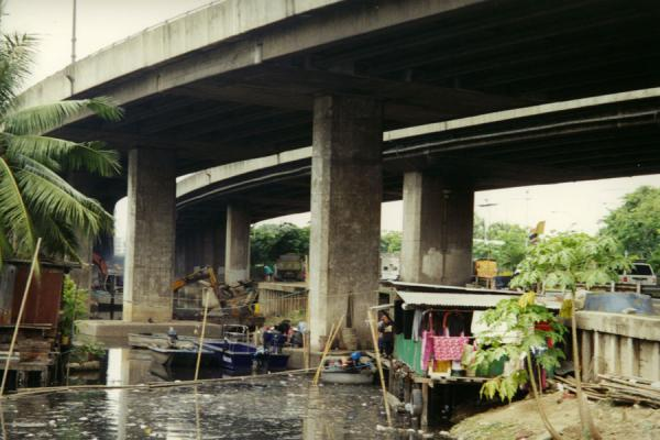 Highway over a klong in Bangkok | Fietsen in Bangkok | Thailand