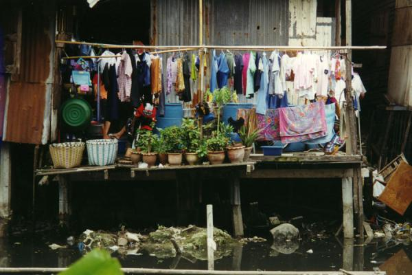 Foto van Laundry at house above klong in Bangkok - Thailand - Azië
