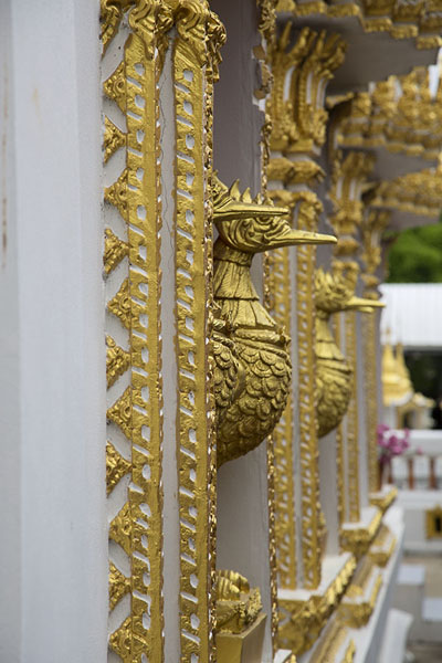 Winndows with golden birds at Wat Phai Lom | Ko Kret | Thailandia