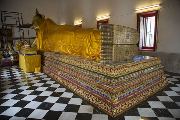 Reclining Buddha, richly decorated, in Wat Poramai Yikawat - 国所 - 亚洲