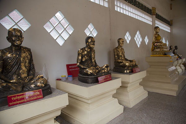 Photo de Row of Buddha statues plastered with gold in Wat Poramai YikawatKo Kret - Thailande