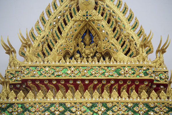 Close-up of richly decorated window in Wat Chim Plee Sutthawat | Ko Kret | Tailandia