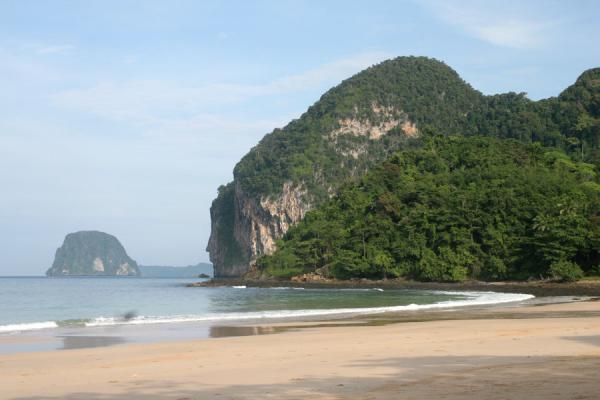 Beach and green hills on the west coast of Ko Mook | Ko Mook | Thailand