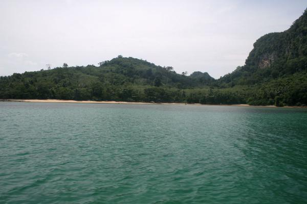 Picture of Ko Mook: green sea, hills and beach seen from the sea