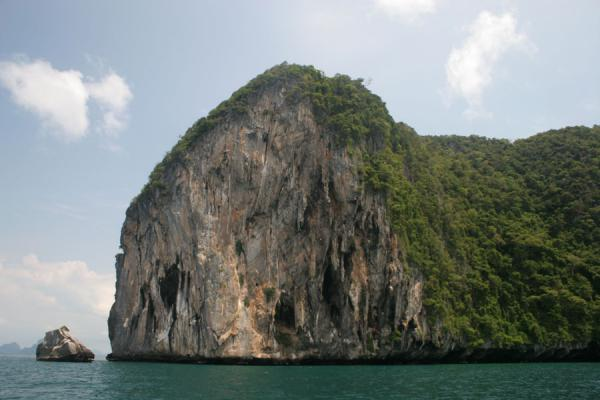 Picture of Ko Mook: cliffs rising from the sea at the northern side of the island