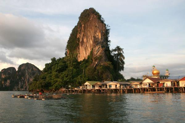 Picture of Ko Panyi (Thailand): Ko Panyi: typical hill towering over the houses and mosque of this fishing village