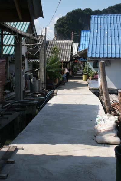 One of the streets in Ko Panyi, away from the tourist area | 沟搬移 | 国所