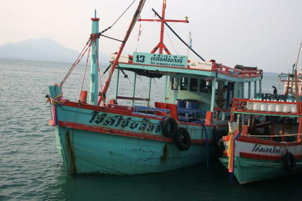 Two of the many colourful boats operating between Ban Phe and Ko Samet | Ko Samet | Thailande