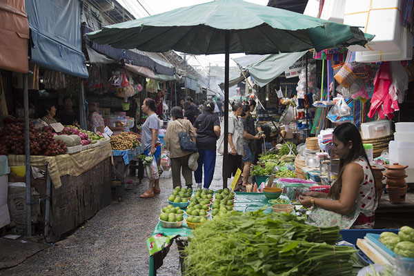 Foto van Long row of stalls at Nonthaburi marketBangkok - Thailand