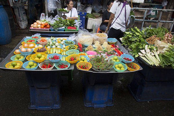 Foto van Commonly used ingredients in the Thai cuisine: lime, peppers, taugé, Thai eggplant, and more - Thailand - Azië