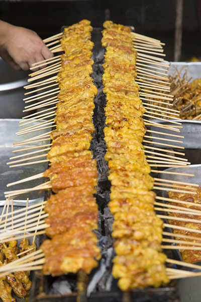Skewers being prepared at the market | Nonthaburi market | 国所