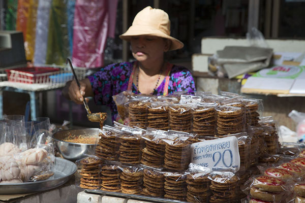 Selling snacks at the market | Nonthaburi market | Thailande