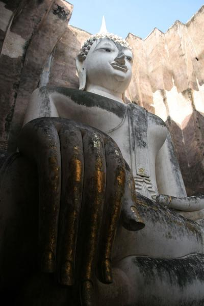 Picture of Sukhothai (Thailand): Giant Buddha at Wat Si Chum seen from below