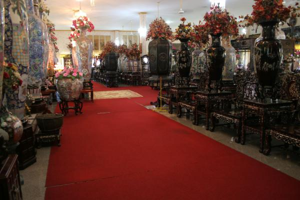 Picture of Wat Khao Sukim (Thailand): Wat Khao Sukim: hall with Chinese vases, furniture and monks in wax