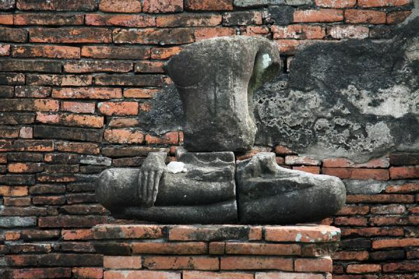 Picture of Wat Phra Mahathat (Thailand): Buddha statue and wall