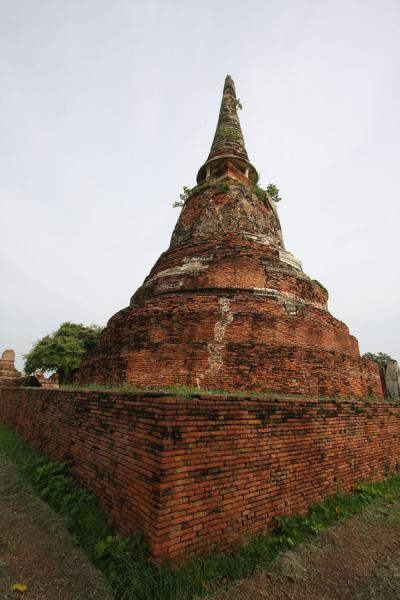 Photo de Side view of a chedi at Wahathat templeAyutthaya - Thailande