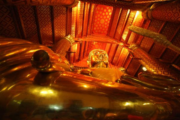 Photo de Looking up the enormous golden Buddha statueAyutthaya - Thailande