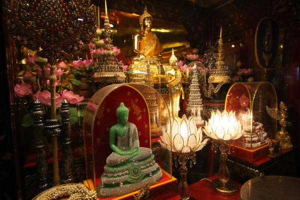 Picture of Wat Phanan Choeng (Thailand): Various offerings on altar near the base of the golden Buddha