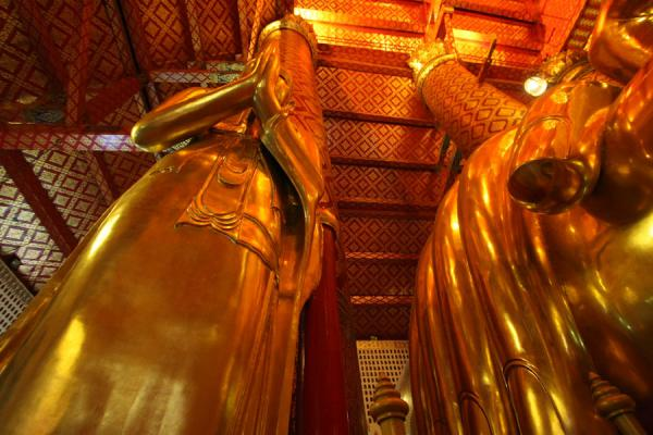 Picture of Wat Phanan Choeng (Thailand): View towards the ceiling with praying golden statue and gigantic hand
