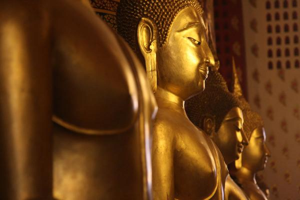 Picture of Wat Phanan Choeng (Thailand): Gracious golden Buddhas at the base of the enormous golden Buddha of Wat Phanan Choeng
