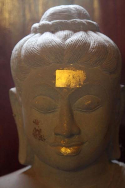 Photo de Head of Buddha statue with gold paper attached to itAyutthaya - Thailande