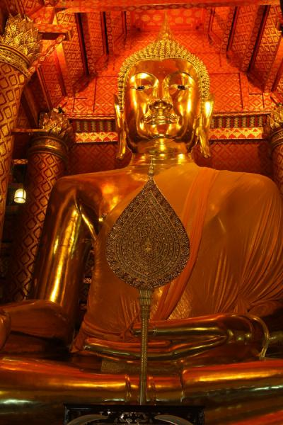 Photo de Frontal view of the giant golden statue at Wat Phanan ChoengAyutthaya - Thailande
