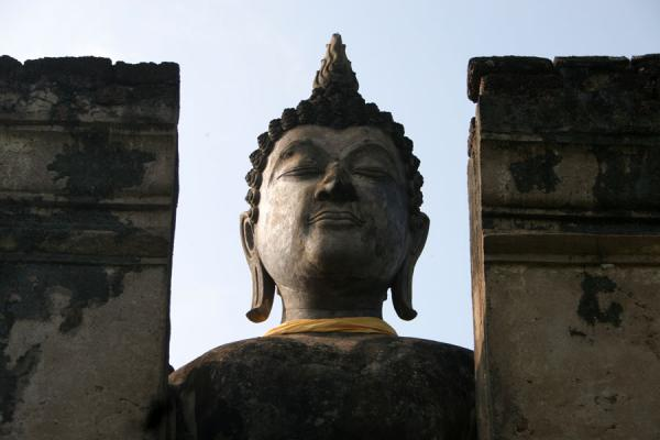 Picture of Wat Phra Si Rattana Mahathat Chaliang (Thailand): Wat Phra Si Rattana Mahathat Chaliang: Buddha looking down