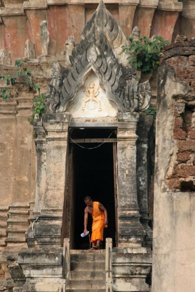 Picture of Wat Phra Si Rattana Mahathat Chaliang (Thailand): Wat Phra Si Rattana Mahathat: monk disappearing in shrine