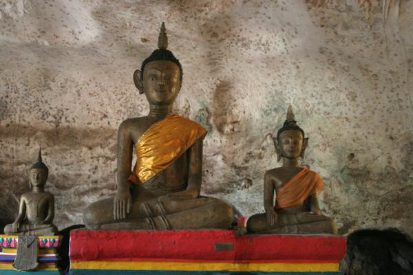 Photo de Wat Tham Suwannakuha: two smaller Buddha statues - Thailande - Asie