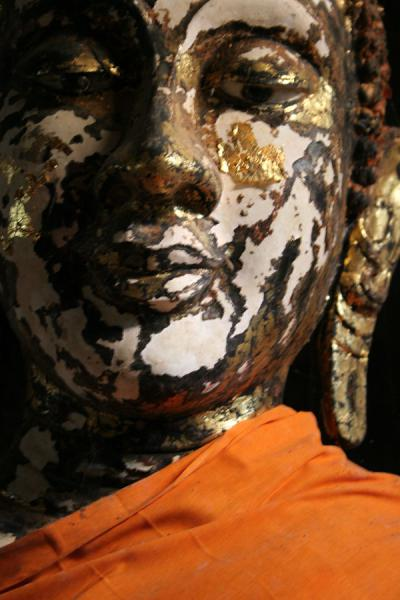 Head of Buddha statue wrapped in orange cloth | Wat Tham Suwannakuha | Thailande