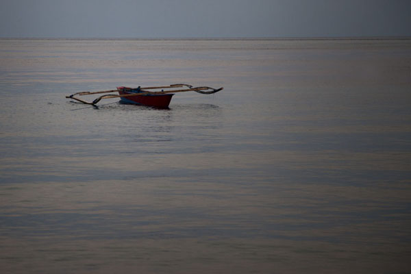 Photo de Fisher boat on the sea at duskAtauro - Timor Oriental