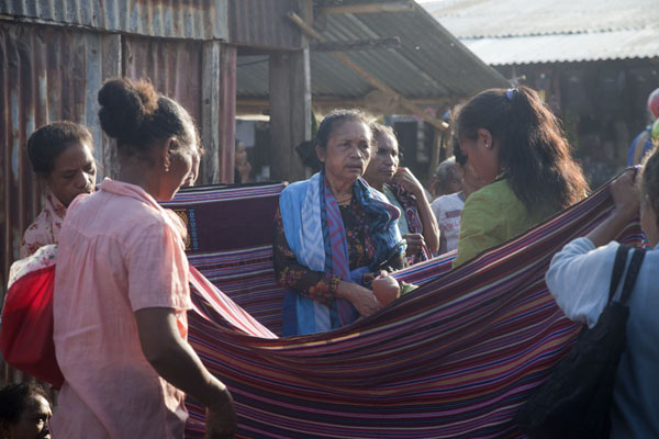 Photo de Women selling cloth at the Saturday market of LospalosLospalos - Timor Oriental