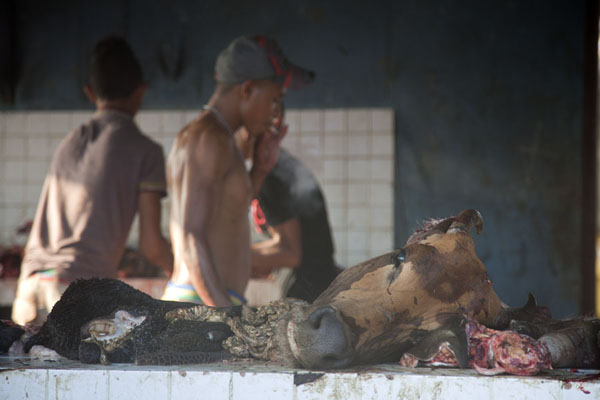 Foto van Men at a butcher at the market of LospalosLospalos - Oost Timor