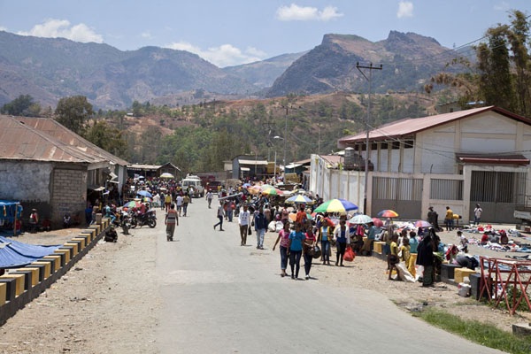 The main street of Maubisse is converted to market place on Sundays | Marché de Maubisse | Timor Oriental