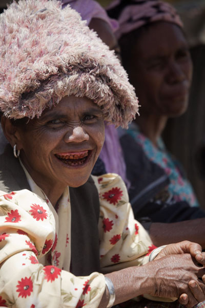 Woman chewing beetle nut at the market | Marché de Maubisse | Timor Oriental