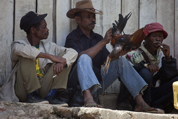 Smoking men with chicken | Marché de Maubisse | Timor Oriental