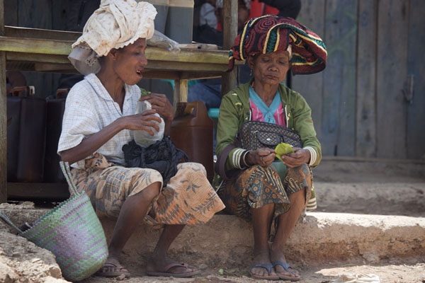 Two women with covered heads | Marché de Maubisse | Timor Oriental