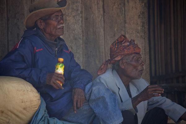 Two men just watching life at the market | Marché de Maubisse | Timor Oriental
