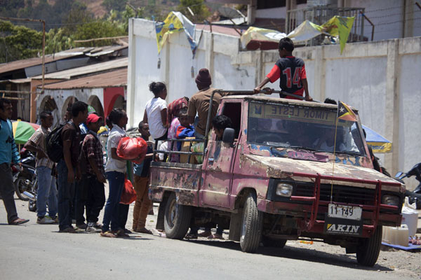 People getting into a pick-up truck to go home | Maubisse market | 帝汶勒斯特