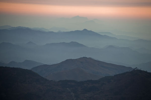 Foto di Sunrise over the mountain range of Timor-Leste seen from the summit of Mount RamelauRamelau - Timor Est