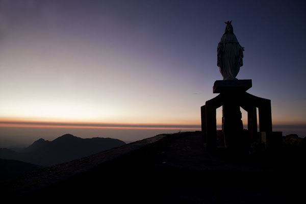 的照片 Contours of the Virgin Mary statue visible at sunrise - 帝汶勒斯特