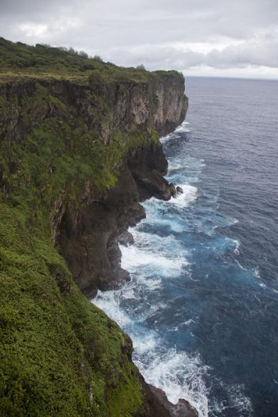 Foto de Rocky cliffs rising above the wild sea on the southeastern corner of 'Eua'Eua island - Tonga