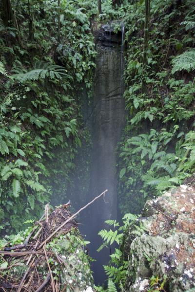 Foto van Delicate waterfall disappearing in the void at Smokey Cave - Tonga - Oceanië