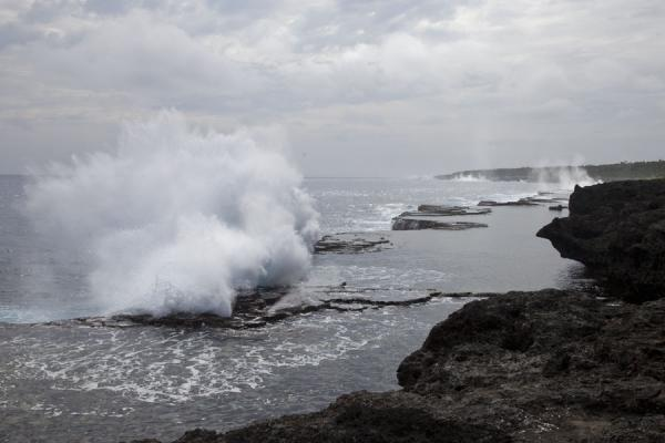 Foto de Wave crashing on the rocky shore off HoumaEspiráculos de Mapu a Vaea - Tonga