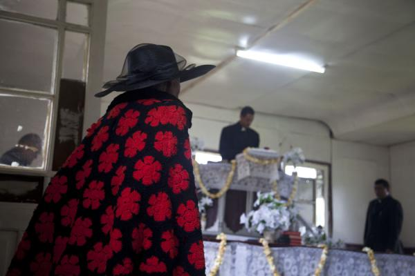 Foto van Tonga (Women dressed in black and red attending service in a Wesleyan church on 'Eua island)