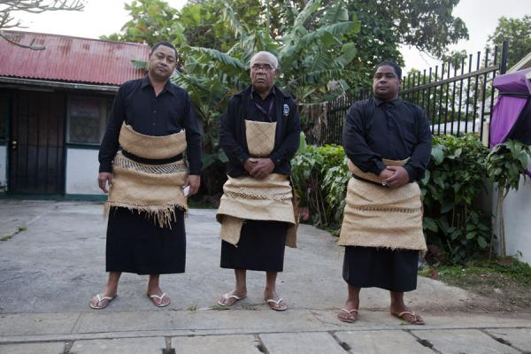 Foto van Tongan men dressed up in the traditional Tongan dressMensen in Tonga - Tonga