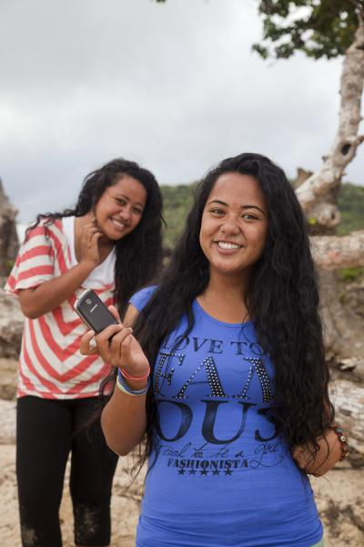 Foto van Sisters posing for the picture on a beach in Vava'uMensen in Tonga - Tonga