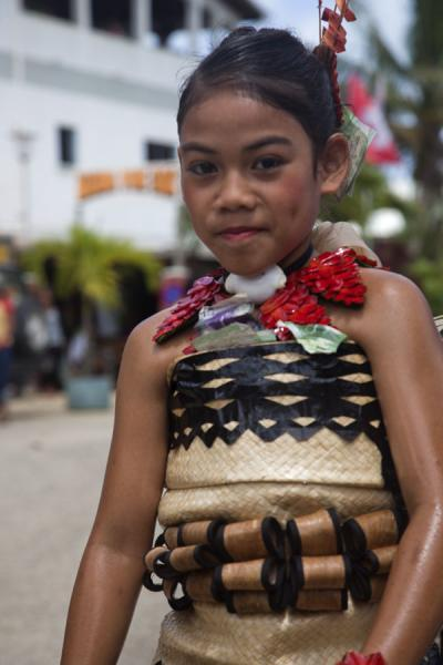 Foto di Girl dressed up in traditional Tongan dress in a dance event - Tonga - Oceania