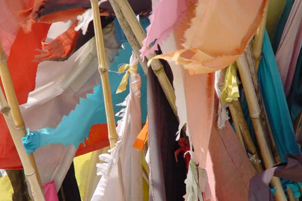 Foto de Close up of coloured flags at the templeTrinidad - Trinidad & Tobago