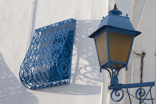 Foto van Blue lantern and iron bars of window in Sidi Bou Said - Tunesië - Afrika